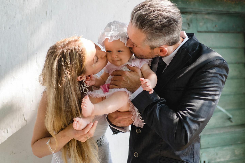Hochzeit Brautpaar mit Baby Heuriger Loiskandl