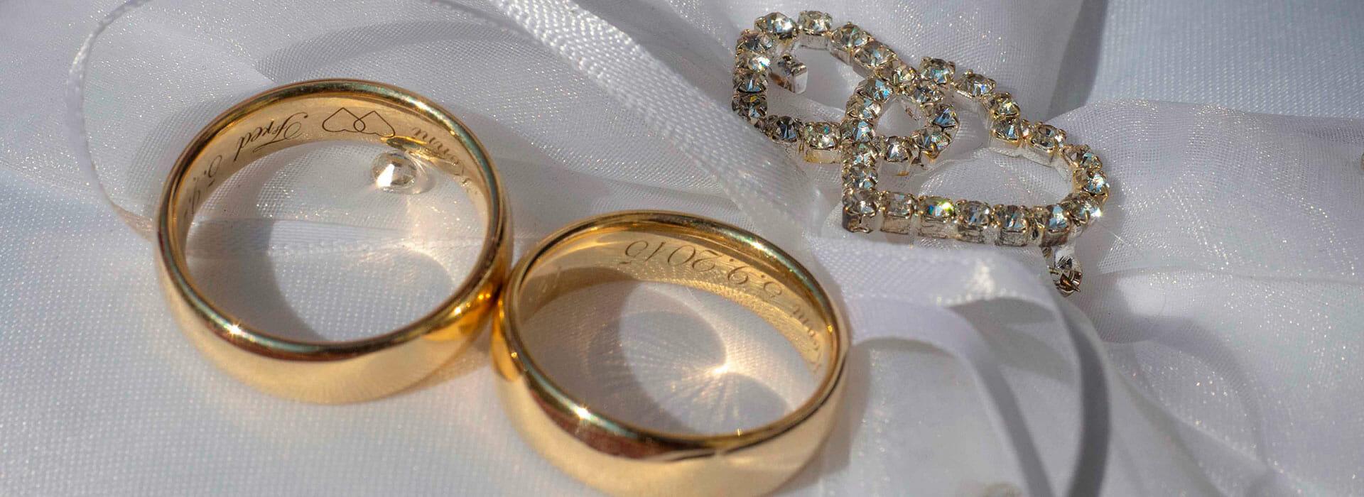 Hochzeit in Krems Eheringe auf Polster