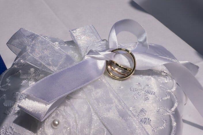 Hochzeit Eheringe auf Polster