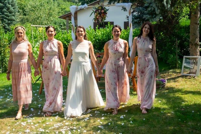Gartenhochzeit Braut und Brautjungfern