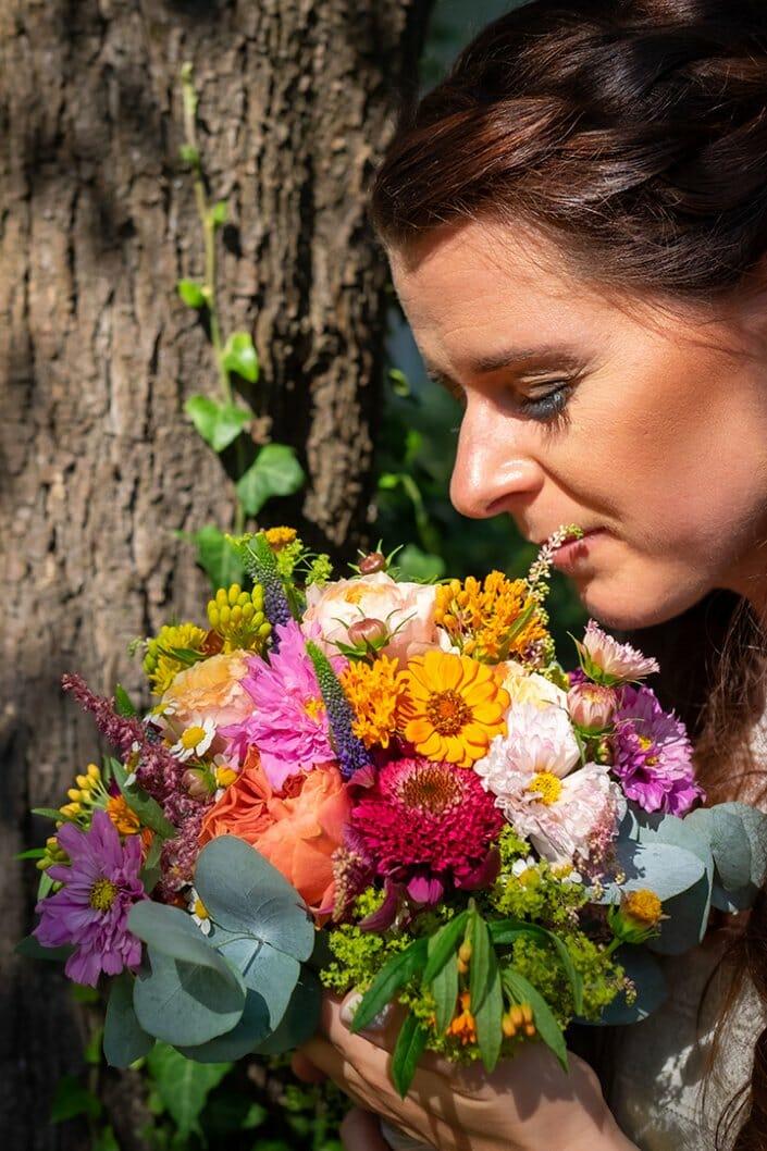 Gartenhochzeit Braut mit Brautstrauß