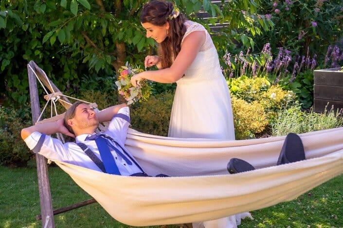 Gartenhochzeit Brautpaar in Hängematte