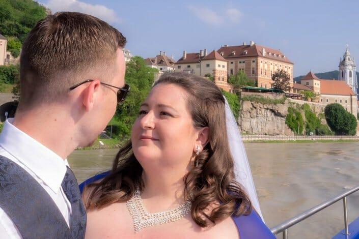 Hochzeit am Schiff Brautpaar Dürnstein