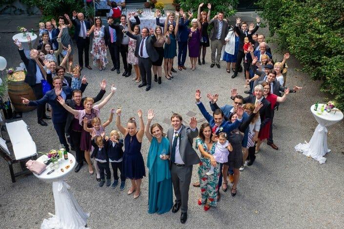 Hochzeit Nikolaihof Mautern Gruppenfoto Herzform