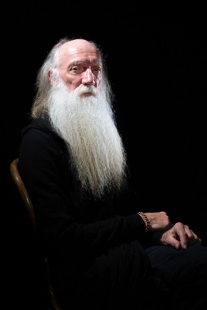 Charakterporträtfoto alter Mann mit langem Vollbart