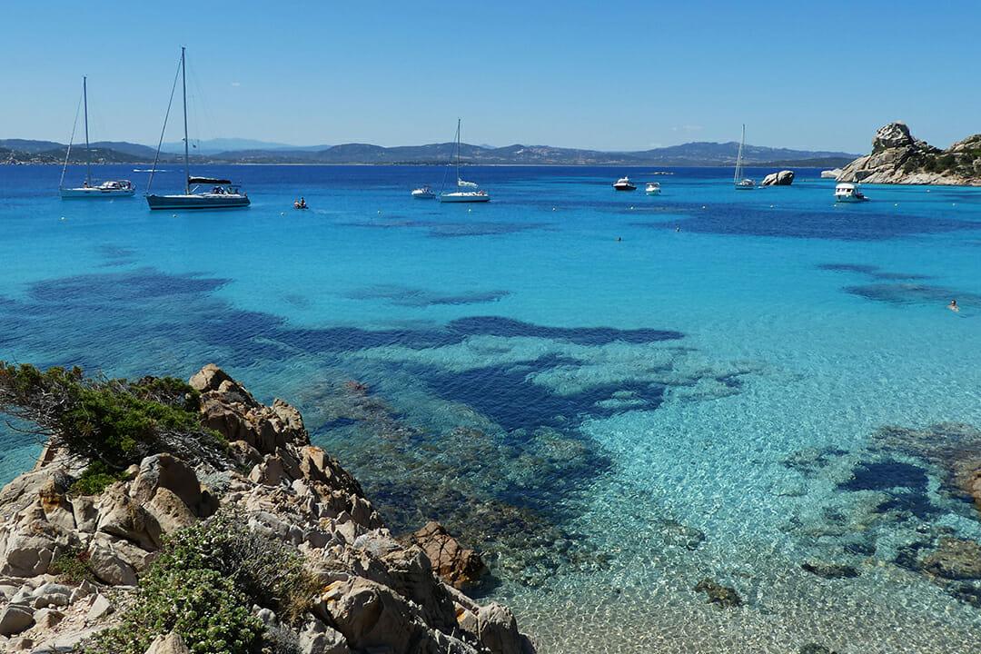 Isola Spargi Sardinien Meeresbucht mit Segelbooten Italien